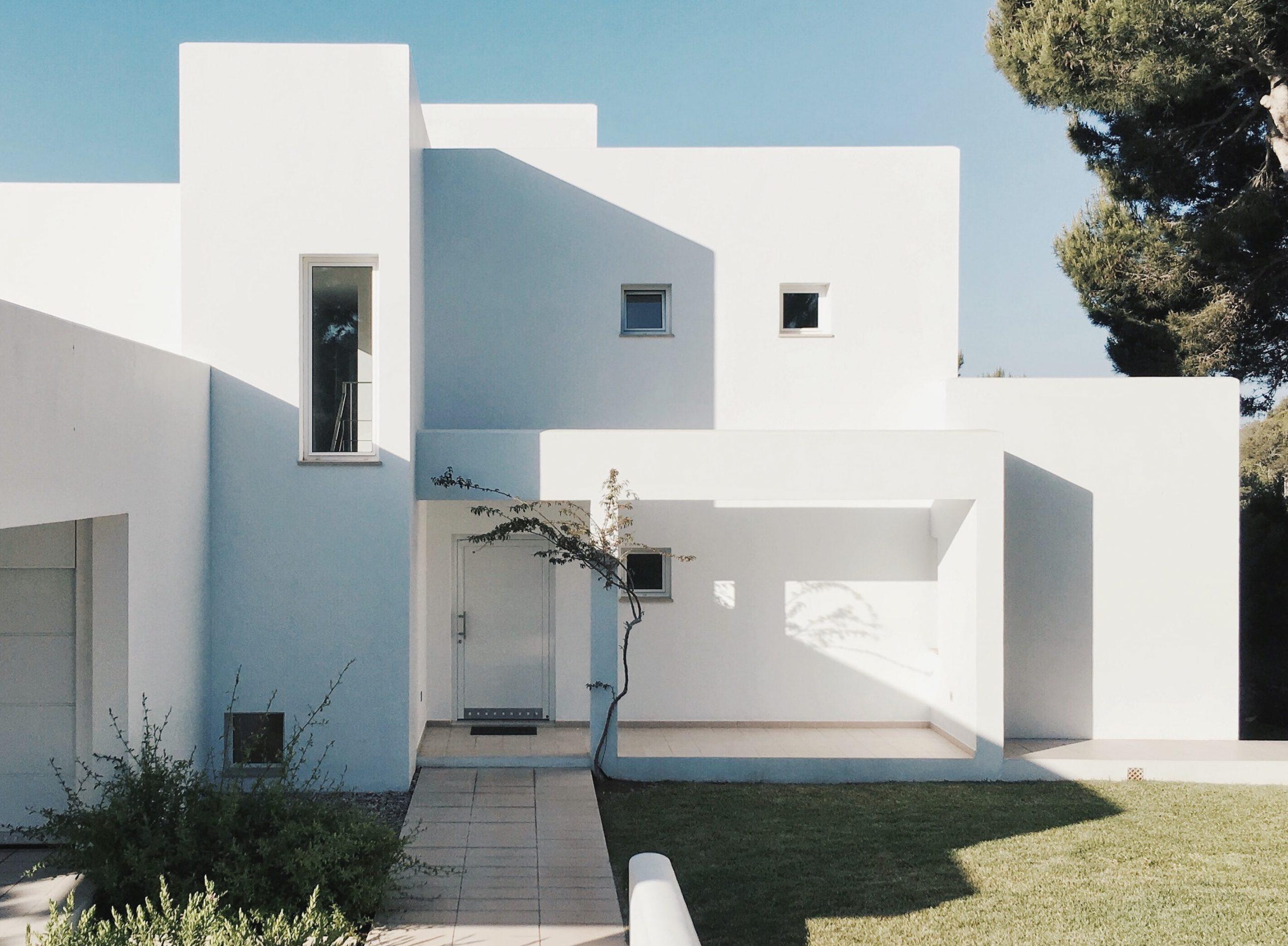 modern ház és bejárati ajtó
